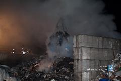 Abfallberg steht in Flammen