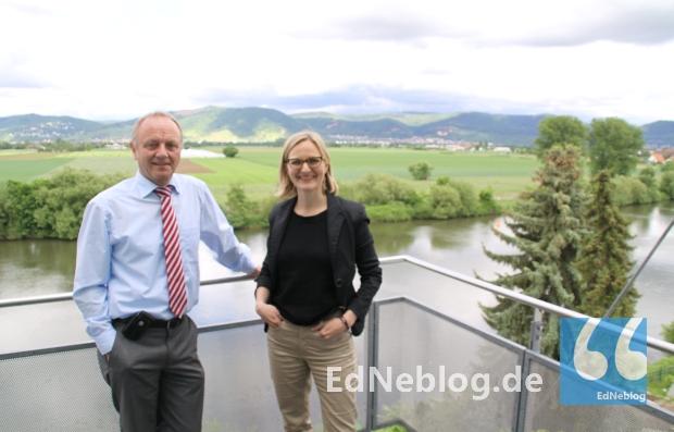 Franziska Brantner zeigte sich beeindruckt von der Aussicht vom Rathaus auf den Odenwald. Bevor es um kommunalpolitische Themen ging, ließ sie sich von Bürgermeister Roland Marsch das Haus zeigen.