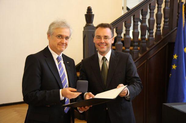 A - Hohe Ehrung für Erwin Hund - Stauffer-Medaille - Erwin Hund & Minister Friedrich